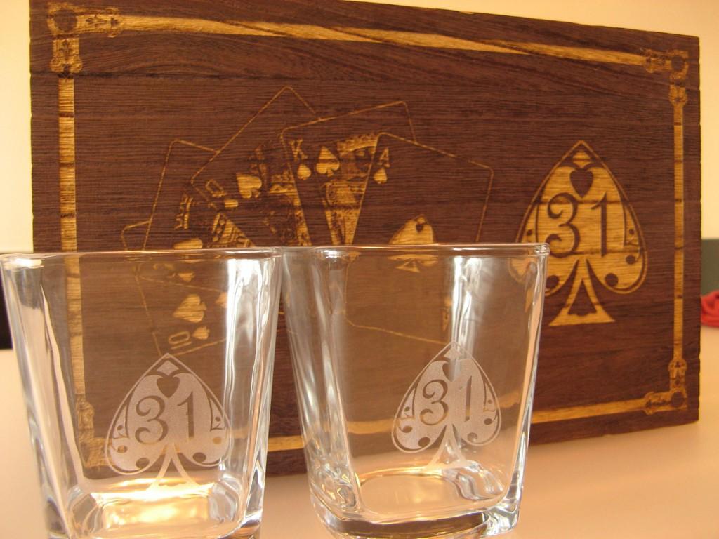 Set pahare personalizate in cutie de lemn gravata